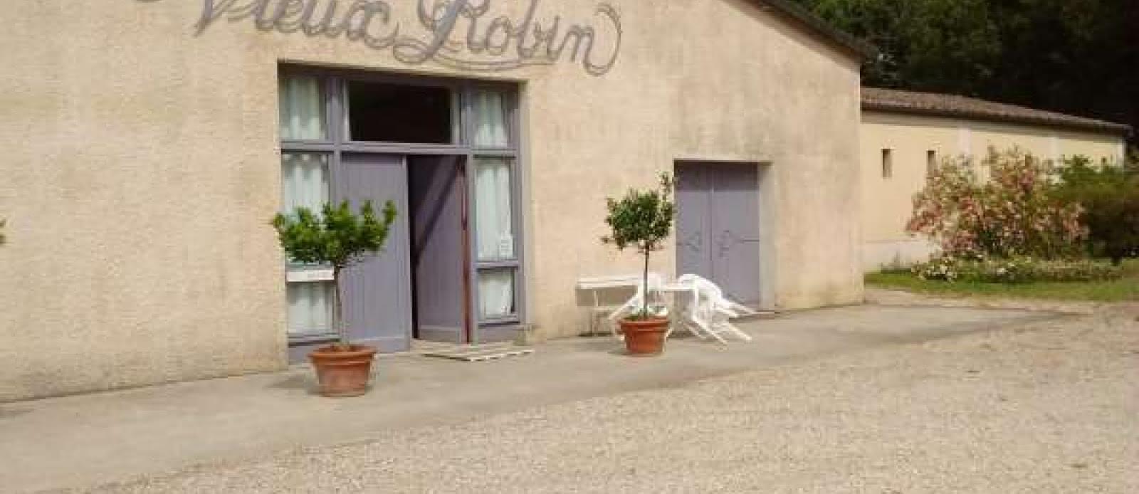33. Château Vieux Robin extérieurs